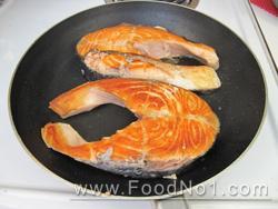 慢火將三文魚煎至兩面金